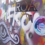 Freerent nálepka u zdi Lennona