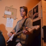 Forest hraje na kytaru