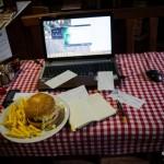 Pracovní stůl v pizzerii, cheeseburger