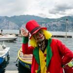 Italský šašek v přístavu Malcesine