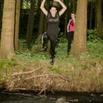 Ivana skáče přes potok