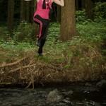 Katka skáče přes potok