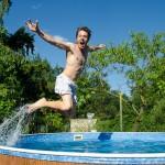 Forest skáče do bazénu