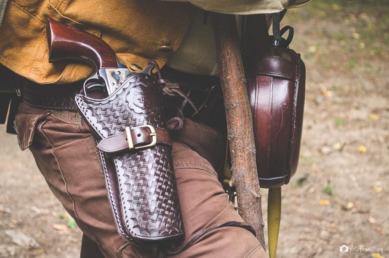 Oldův revolver v koženém pouzdru