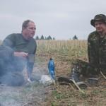 Petr a taťka si povídají u ohně