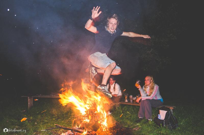 Forest přeskakuje přes oheň