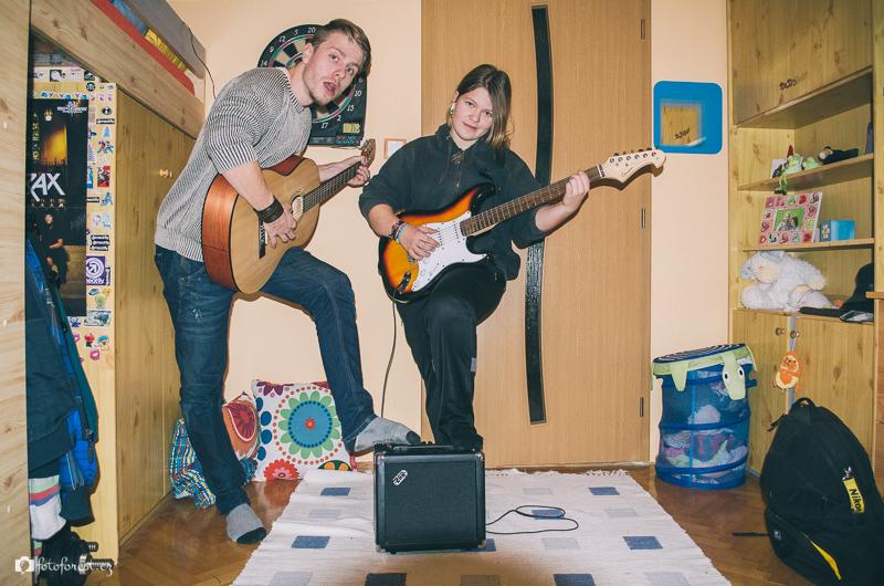 Forest a Danny hrají na kytaru