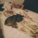 Bimbo hlídá Kláru v posteli