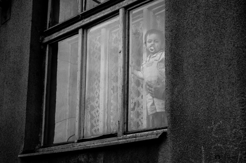 Cigánské dítě v okně