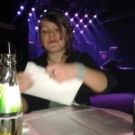 Deniska rozbaluje dárek