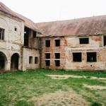 Chátrající zámek v Pouzdřanech