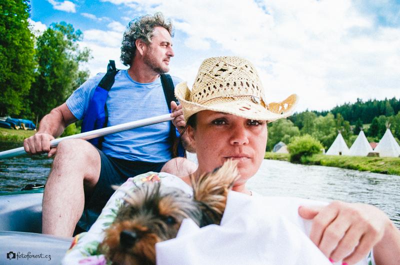 Mamka s Rozárkou a Milanem na raftu