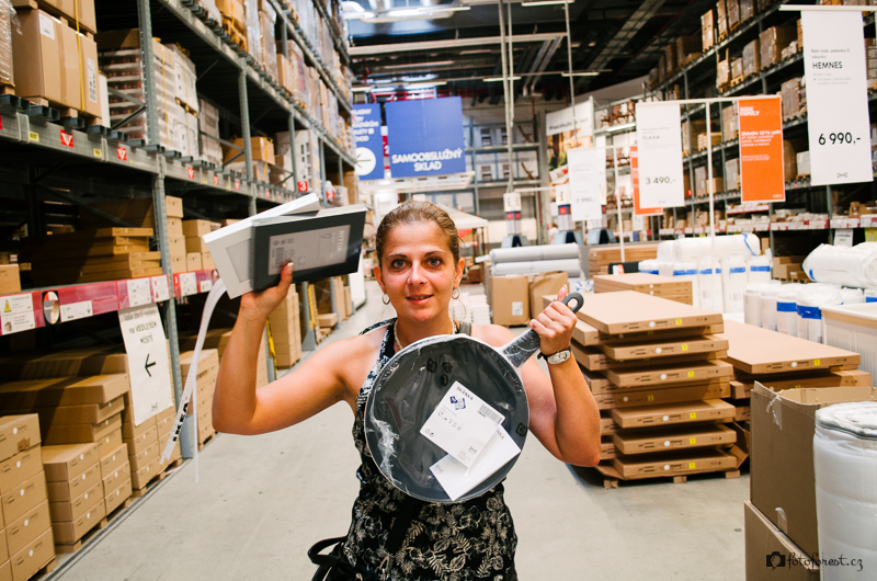 Klára nakupuje pánev v Ikea