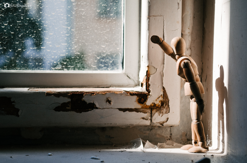 Mužíček za oknem
