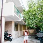 Klára u našeho apartmánu Villa Gita