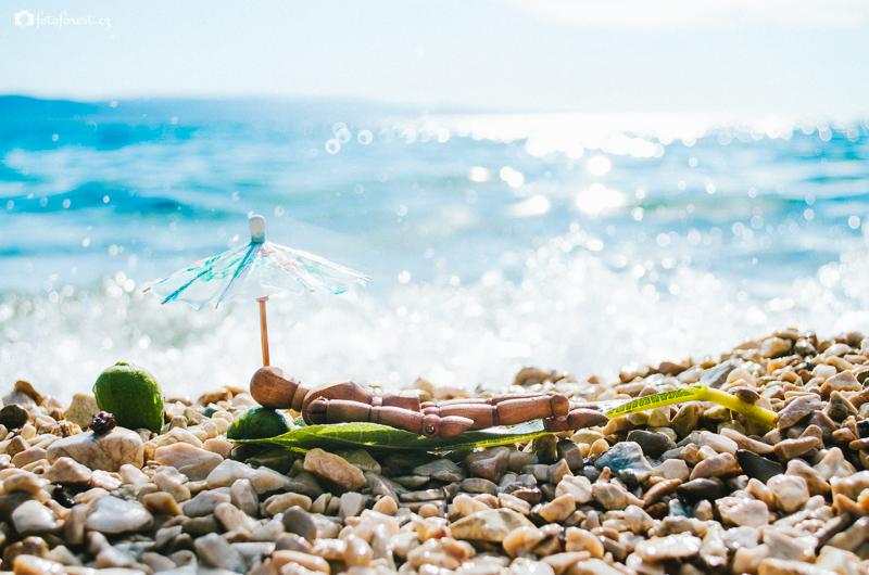 Mužíček se opaluje u moře