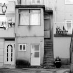 Chorvati posedávající před domy