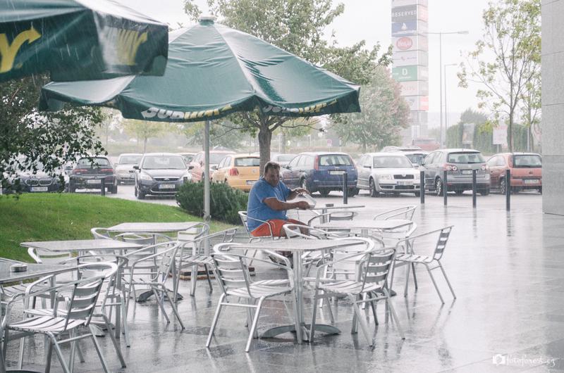 Radek se schovává před deštěm