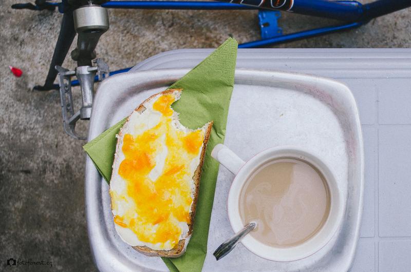 Bílá káva a chléb s marmeládou