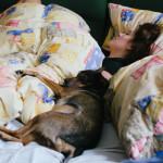 Klára spí s Bimbem