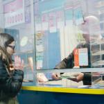 Monika si kupuje tiket