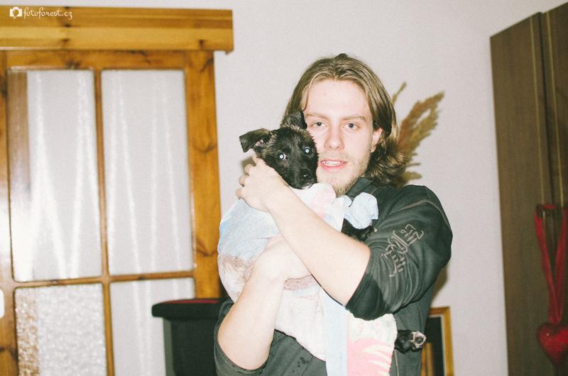 Koupání štěněte psa Bučiho