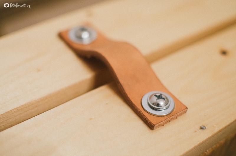 Stavím stůl z palet - kožený úchyt pro zásuvku