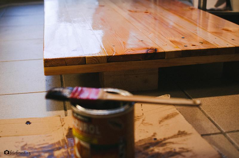 Lakování stolu z palet