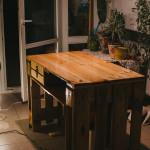 Diy stůl postavený z palet