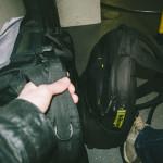 V buse s batohy