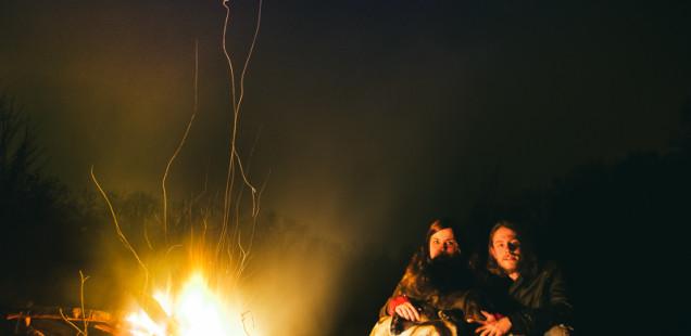 Sedíme u ohně
