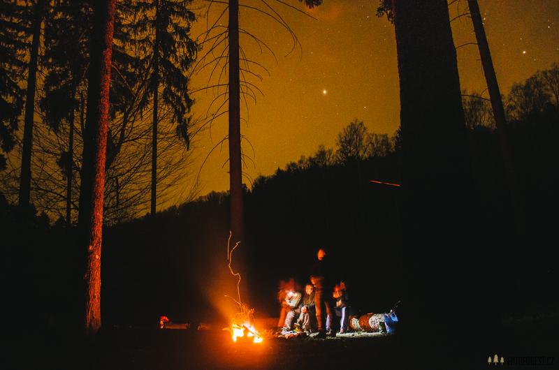 V noci u ohně