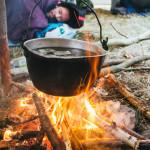 Voda na čaj v kotlíku nad ohněm