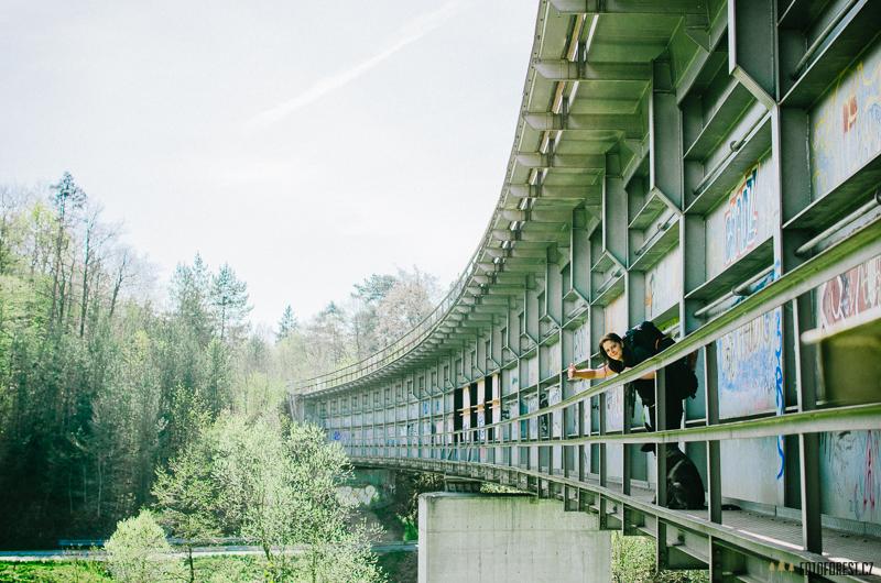 Klára na mostě v Náměšti nad Oslavou