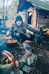 Vaříme guláš na ohni