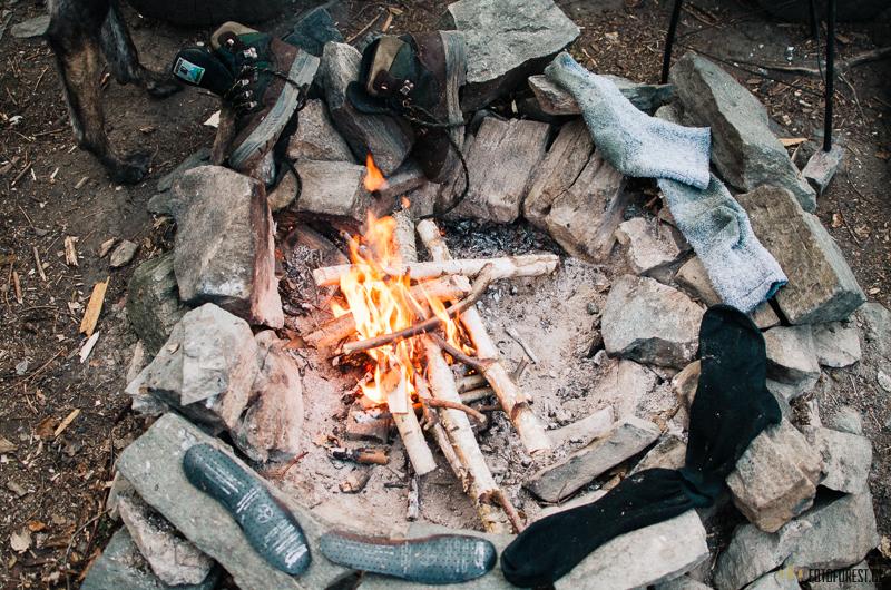 Boty vysychají u ohně