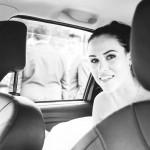Lucka krásná nevěsta v autě