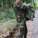 Táta s těžkým batohem