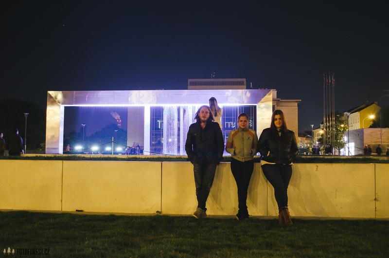 Na Moravském náměstí před fontánou