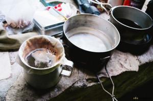 Překapávaná káva do ešusu