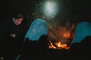 Odpočíváme pod boulderem na Komínských skalách
