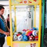 Beny tahá balónek z automatu