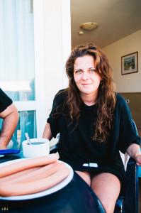 Klára snídá slanac v Chorvatsku