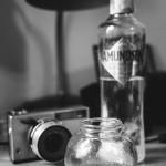 Zátiší s fotoaparátem a vodkou