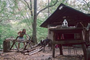 Chystáme dřevo v trampské boudě