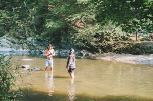 Praní ponožek v řece