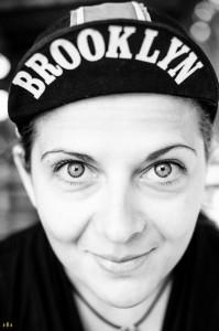 Klára cyklistka v čepici Brooklyn