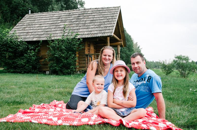 Focení rodiny u srubu