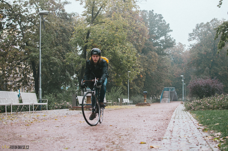 Na kole v dešti