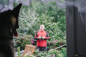 Děda na verandě